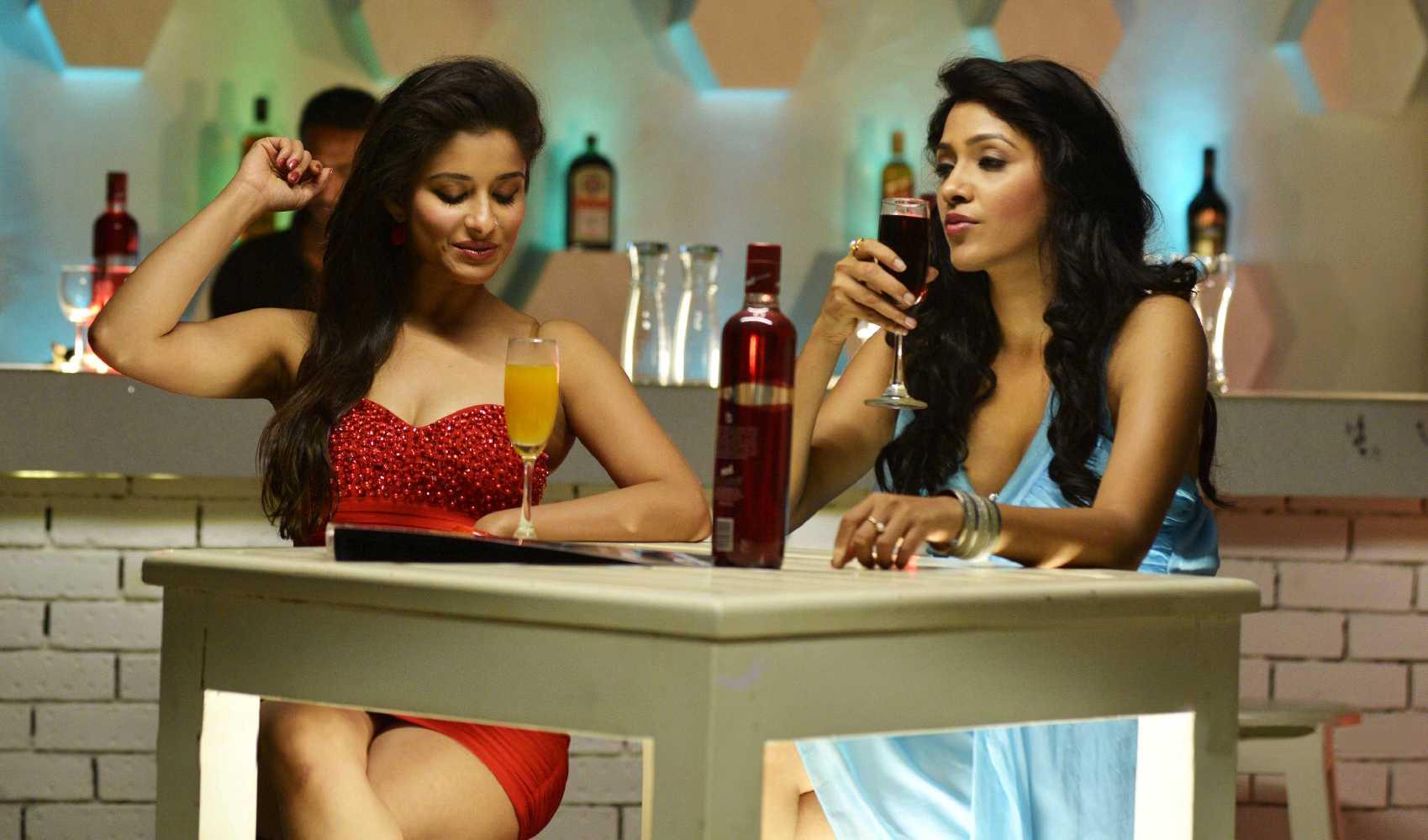 1429285813nandu-madhurima-kesha-khambhati-shamili-agarwal-bhargavi-kanumuri-close-friends-movie-stills-12