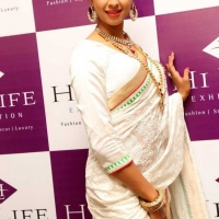 1428505011film-actress-sanjana-beautiful-white-saree-pics4