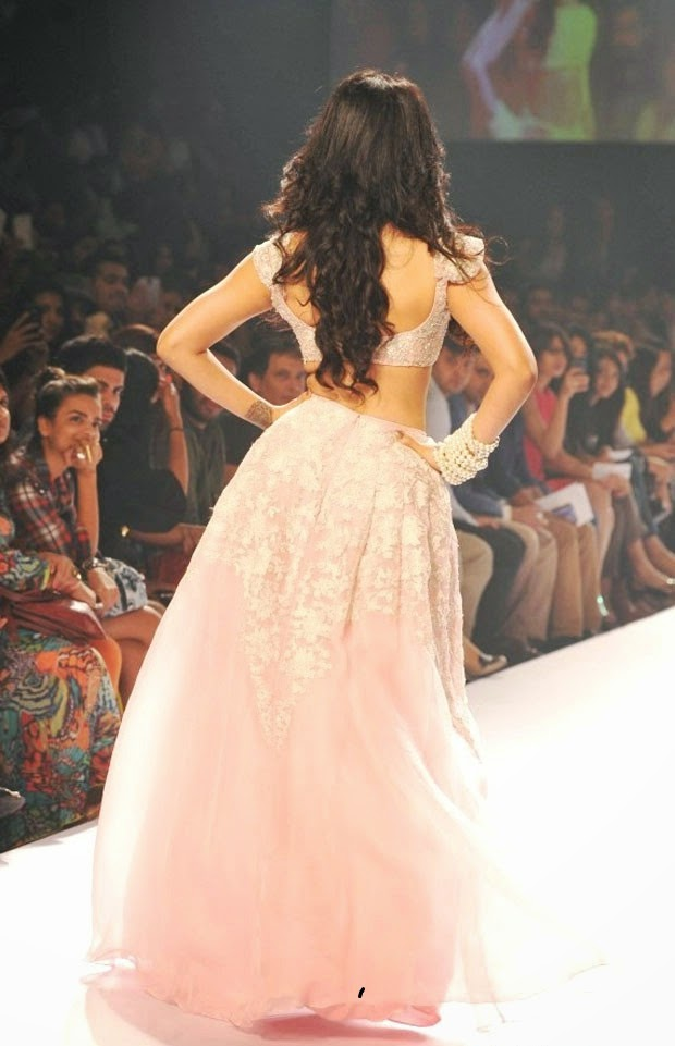 Shruti-Haasan-walks-the-ramp-at-LFW-13