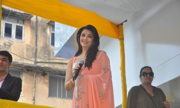 Aishwarya Rai at Inauguration of Kalyan Jewellers Event – IBO