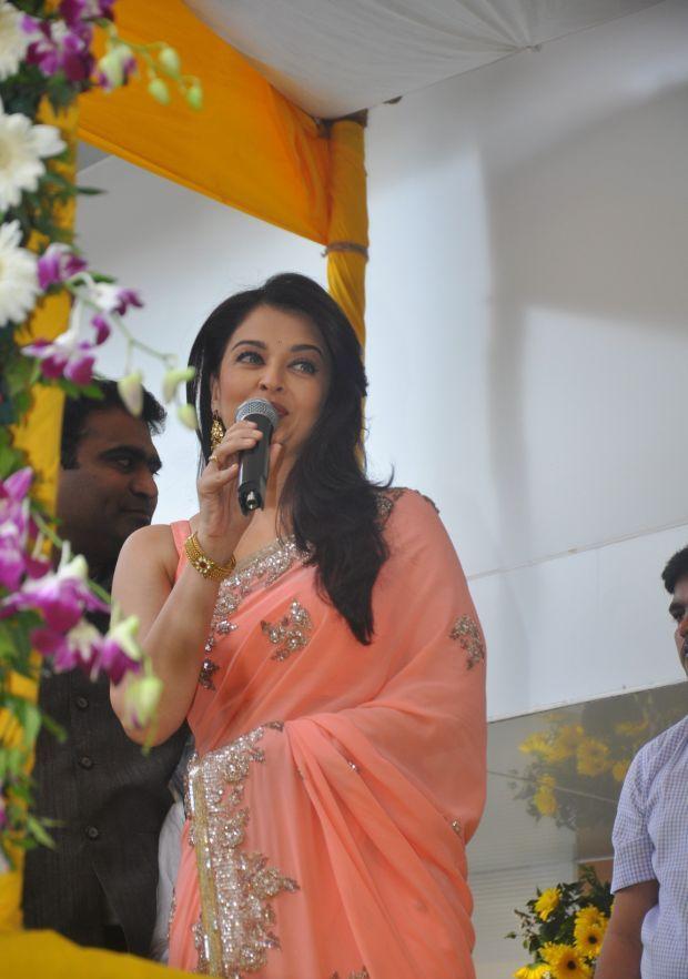 Aishwarya Rai at inauguration of Kalyan Jewellers_5
