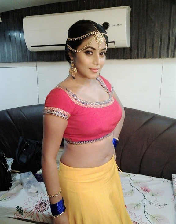 Poorna Hot Navel Show At Shooting Spot Indian Box Office Latest Box Office Collections Trades Movie Reviews News Music Launches Of Indian Movies