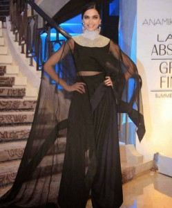 Deepika-Padukone-Stills-At-Lakme-Fashion-Week-2015-18