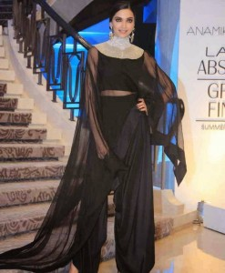 Deepika-Padukone-Stills-At-Lakme-Fashion-Week-2015-20