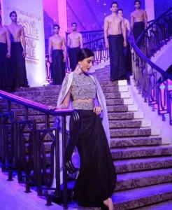 Kareena-Kapoor-Stills-At-Lakme-Fashion-Week-2015-3