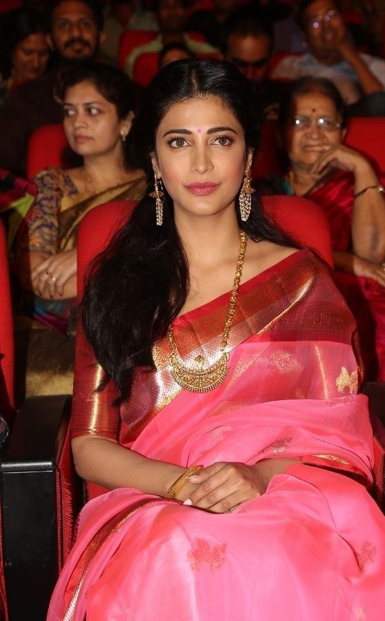 Shruthi-Haasan-Stills-At-Uthama-Villian-Telugu-Audio-Launch-10