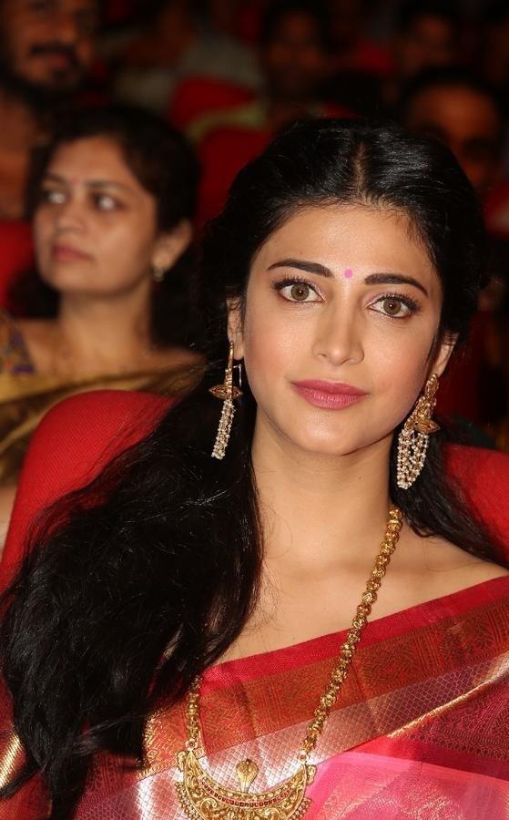 Shruthi-Haasan-Stills-At-Uthama-Villian-Telugu-Audio-Launch-14