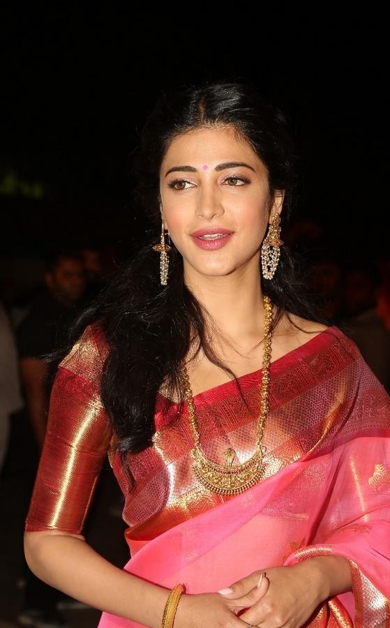 Shruthi-Haasan-Stills-At-Uthama-Villian-Telugu-Audio-Launch-15