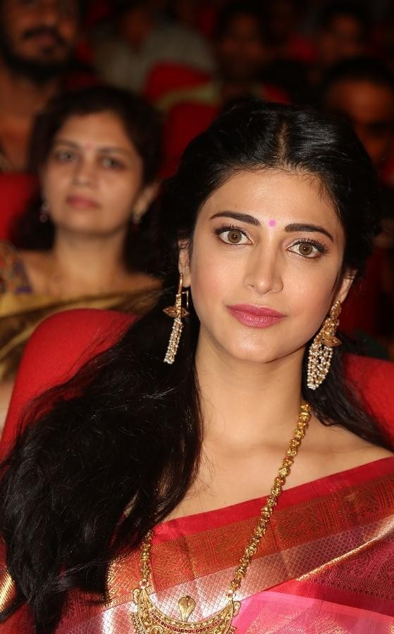 Shruthi-Haasan-Stills-At-Uthama-Villian-Telugu-Audio-Launch-16