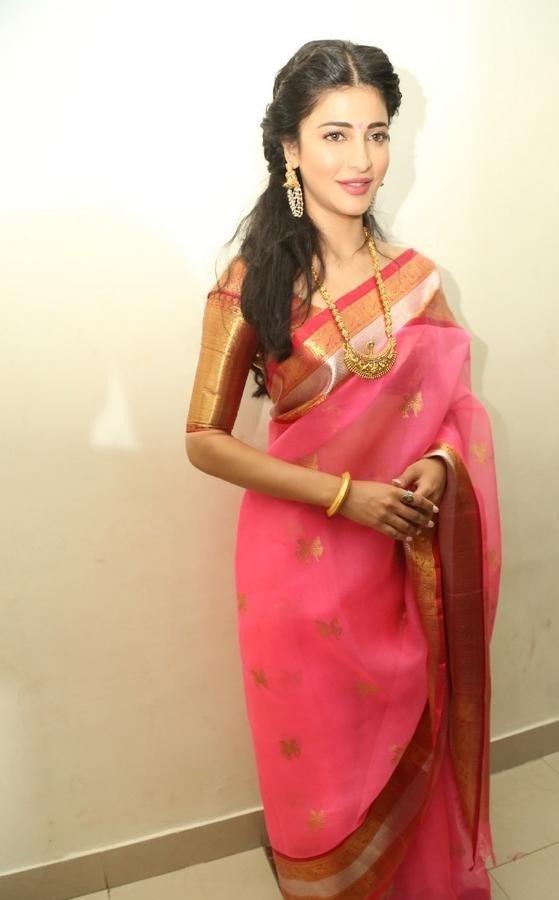 Shruthi-Haasan-Stills-At-Uthama-Villian-Telugu-Audio-Launch-17
