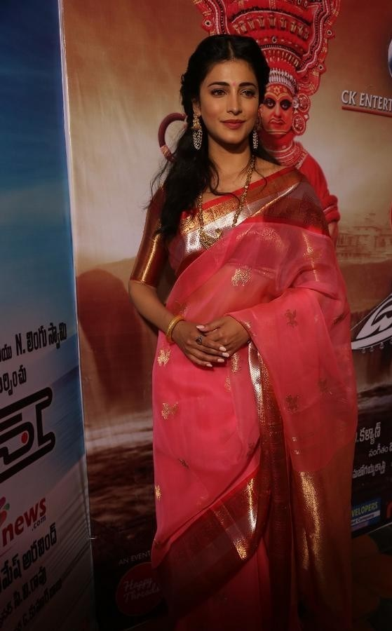 Shruthi-Haasan-Stills-At-Uthama-Villian-Telugu-Audio-Launch-18