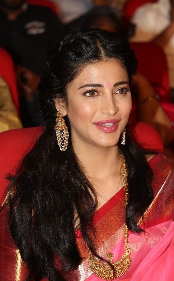 Shruthi-Haasan-Stills-At-Uthama-Villian-Telugu-Audio-Launch-20