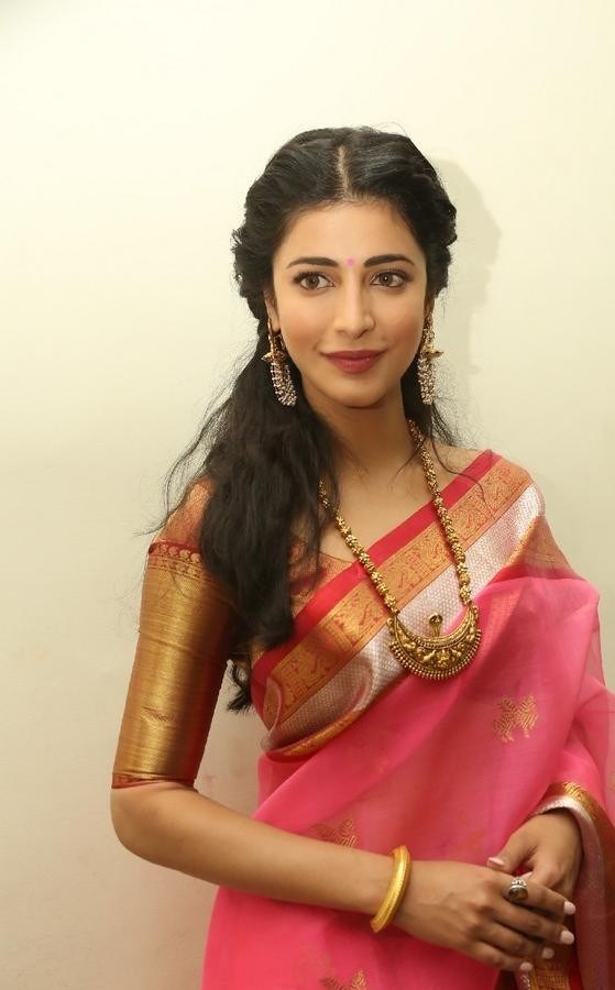 Shruthi-Haasan-Stills-At-Uthama-Villian-Telugu-Audio-Launch-21