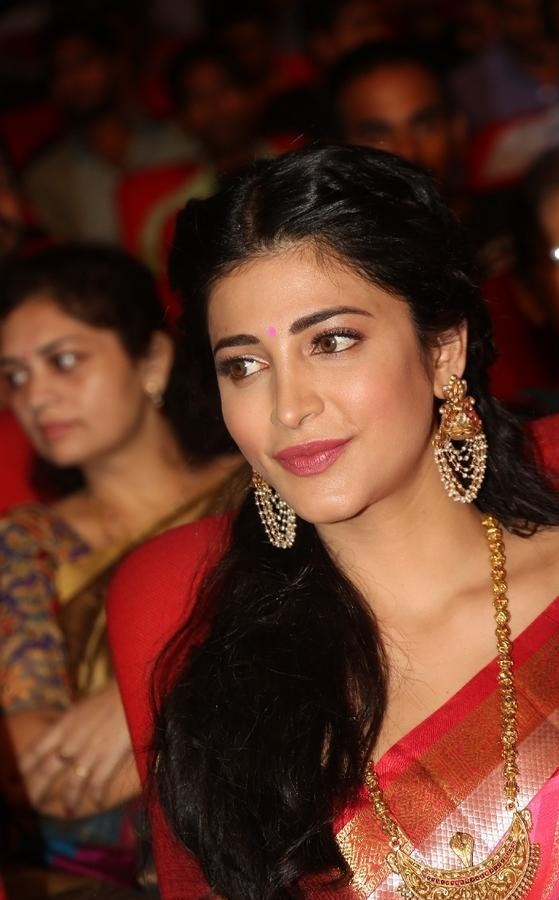 Shruthi-Haasan-Stills-At-Uthama-Villian-Telugu-Audio-Launch-22