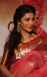 Shruthi-Haasan-Stills-At-Uthama-Villian-Telugu-Audio-Launch-3