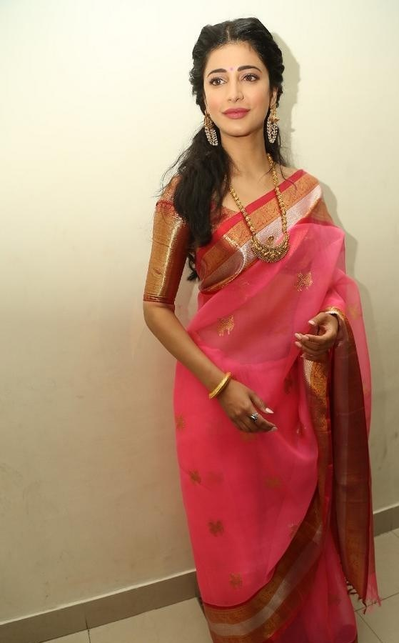 Shruthi-Haasan-Stills-At-Uthama-Villian-Telugu-Audio-Launch-6