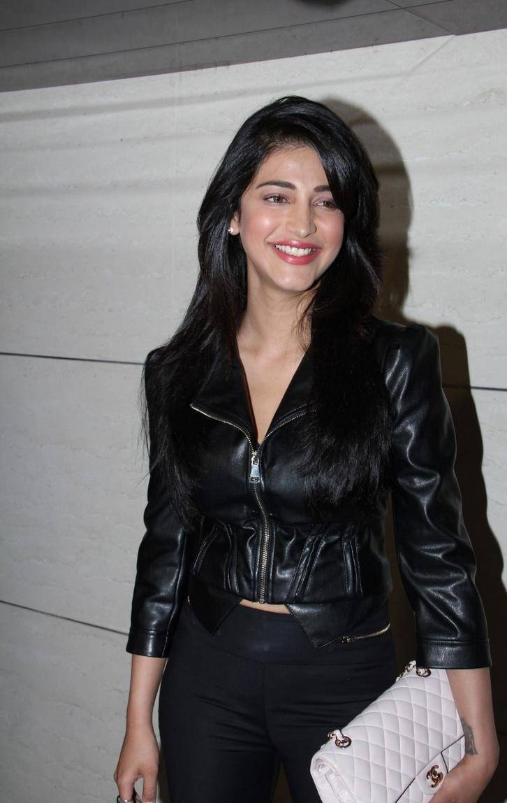 Shruti-Haasan-Stills-At-Harry-Bar-and-Cafe-Store-Launch-2