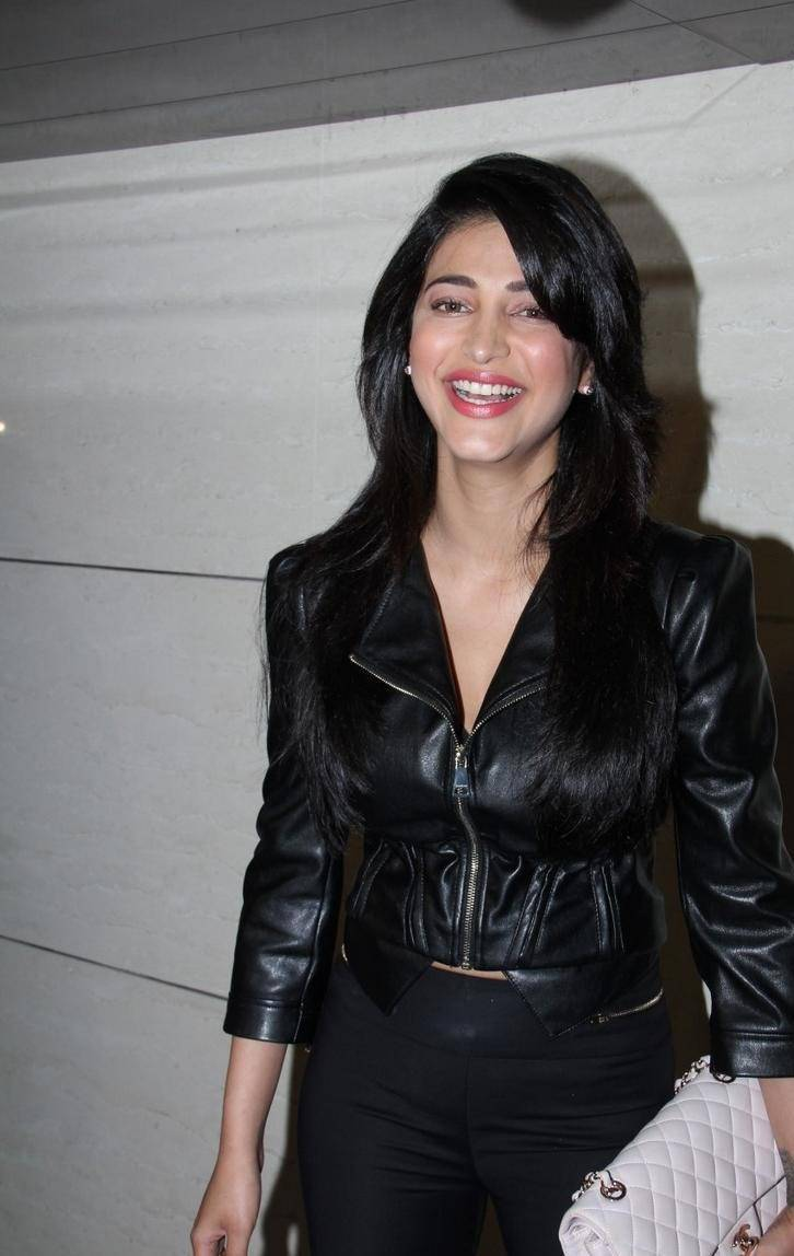 Shruti-Haasan-Stills-At-Harry-Bar-and-Cafe-Store-Launch-3