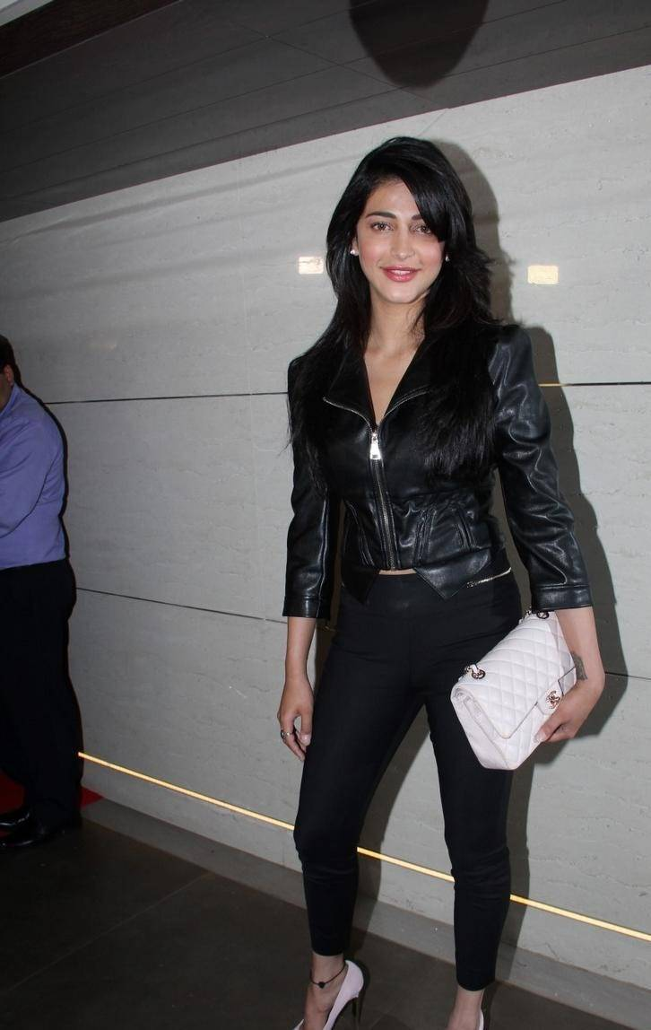Shruti-Haasan-Stills-At-Harry-Bar-and-Cafe-Store-Launch-6
