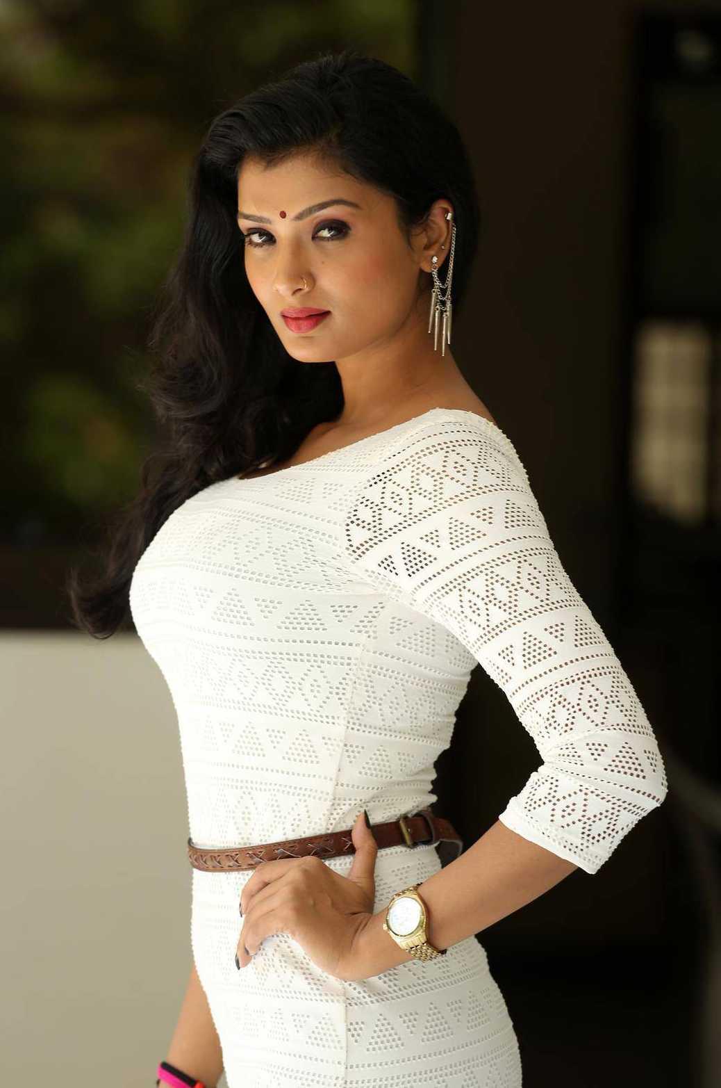 1427990128Ishita-Vyas-Photoshoot-At-Miss-Leelavathi-Press-Meet5