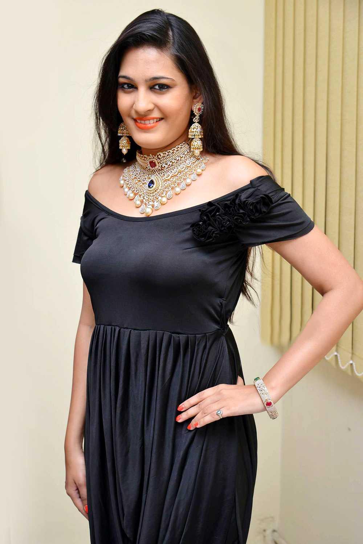 1428594674Beautiful-Actress-Swetha-Jadhav-In-Black-Dress-1