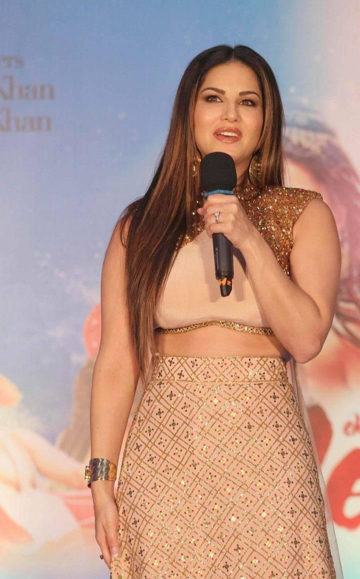 Sunny-Leone-Stills-At-Ek-Paheli-Leela-Movie-Promotions-3